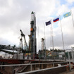 射点に立ったプログレス補給船(55P)を搭載したソユーズロケット(4月7日、cS.P.Korolev RSC Energia)
