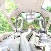 10両編成の両端2両は動力車。運転台後方に展望エリアが設けられる。画像は展望エリアの室内イメージ。