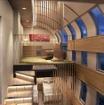 デラックススイートルーム(メゾネットタイプ)の室内イメージ。「景観を楽しめるスケール感のある階上部と、クローズした空間が安心感をもたらす階下部」で構成される。