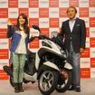 ヤマハは同社初の三輪ATバイク トリシティMW125を発売した。タレントの大島優子さん(左)と柳弘之ヤマハ発動機社長(右)