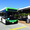クイーンズランド鉄道ネラング駅に到着した路線バス
