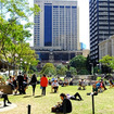 Central 駅前のAnzac Square。チェアでランチをとる人、寝転がる人、本を読む人……