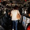 6日に公開されたオスプレイの機内。横幅は190cm程度で「かなり狭い」という印象。大人3人が横並びできる程度。