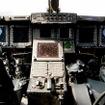 操縦席は液晶モニターが並ぶグラスコクピット。フライ・バイ・ワイヤ方式なので足元はすっきりしている。