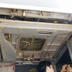 上側のドアは機内に収容される。着陸進入前はこれを開け、エンジンナセルの角度を乗員が目視で直に確認する。