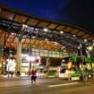 日が暮れるころ。メルボルンの鉄道ターミナルであるSouthern Cross Stationの前に立つ。
