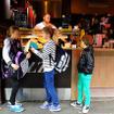 Queen Victoria Market駅で電車を降りる。市場のなかにあるカフェで地元の女の子や男の子に出会った。