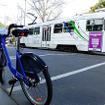 メルボルン市内の公共レンタル自転車「Melbourne Bike Share」に乗る。大きな道は、歩行者・自転車・自動車・電車と区分けされている。