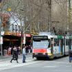 冬枯れのSwanston Stを走るA-class電車。この写真の左手に、メルボルンのシンボルといわれるFlinders Street Stationがある。