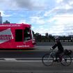 メルボルンは自転車用道路が広域で整備されている。だから、自転車で通勤する人が多い。また、ヘルメットの着用が義務付けられている。