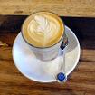 Prahran MarketのMarket Lane CoffeeでFlat Whiteを注文。メルボルンのカフェ文化を感じながらひと休み。