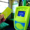 プラットホームでチャージした電子マネーカード「myki」を持って電車に乗る。車内に設置されているタッチパネルにカードを近づける。