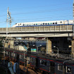 相鉄・JR直通線、相鉄・東急直通線の工事がすすむ相鉄線西谷駅付近。その上を300系新幹線が走る。