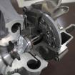 最新の技術である可変容量ターボチャージャーの開発には、高い技術力が要求される