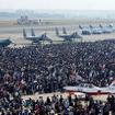 飛行場地区の観覧スペースは約1kmの横幅を持つが、それが完全に埋め尽くされるほどの混雑となる。