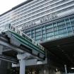 JR小倉駅ビルに乗り入れている北九州モノレール。mono SUGOCAのカードデザインは小倉駅ビルとモノレールの姿をイメージしている。