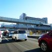 千葉街道(国道14号)の上を行く千葉モノレール(11月30日、千葉モノレール実証実験「サイクル&モノレール」)