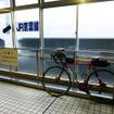 改札口前に置かれた自転車。このあとモノレール乗り場まで再び階段を昇る必要がある(11月30日、千葉モノレール実証実験「サイクル&モノレール」)