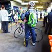 モノレール乗り場で列車を待つ参加者たち(11月30日、千葉モノレール実証実験「サイクル&モノレール」)