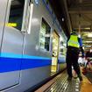 貸切列車に自転車を載せる参加者たち(11月30日、千葉モノレール実証実験「サイクル&モノレール」)