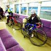 千葉モノレール1000形に自転車を載せる参加者たち(11月30日、千葉モノレール実証実験「サイクル&モノレール」)