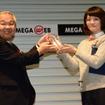 花本博志JAFCA理事長(左)からトロフィーを受け取る江口奈津美デザイナー