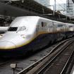 北陸新幹線の延伸開業に伴い上越新幹線+在来線特急『はくたか』の乗継ぎルートが終了するため、上越新幹線も減便される。写真は上越新幹線で運用されているE4系。