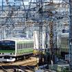 山手線電車の奥に上野東京ラインの急勾配が見える