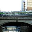 上野東京ラインを行く試運転列車が神田川を越える