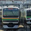山手線電車とすれ違う湘南新宿ラインの北行列車(原宿付近)