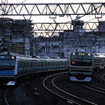 早朝の川口付近、高崎線のE231系が京浜東北線E233系を追い抜く