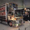 関西と直接関係はないが、月刊誌「トラック魂(スピリッツ)」のブース。展示車のデコトラ「元禄丸」は、トヨエースをベースに1970年代の有名デコトラを再現したこだわりの一台(大阪オートメッセ15)