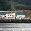 佐世保港クルーズから見えた米海軍赤崎貯油所など。「NAVSUP」の文字が見える