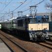 電気機関車にけん引されて越後石山駅(新潟市東区)を通過するE235系の回送列車(右)。東京に到着後は走行試験を実施し、秋頃から山手線で営業運行を開始する予定だ。