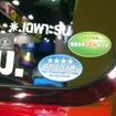 リアウィンドウには日本の排気ガス規制適合ステッカーがそのまま貼られていた(バンコクモーターショー15)