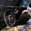 まずは近くのクルマに乗るように、次の目的地までの距離と方向が矢印で表示され、歩いた先にはMINIのクルマが。デモ用の車両に乗り込むとクルマ用ナビゲーションにバトンタッチし、ここからの操作はハンドルについたボタンで行う(車内でメガネを触る必要はない)。