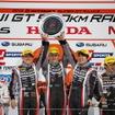 中央3人が優勝の#10 GT-Rのクルー。左から千代、クート、富田。