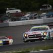 決勝5位の#0 メルセデスSLS(手前)と、6位の#7 BMW Z4(左後方)。