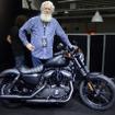 オーストラリアのバイク専門誌「MOTORCYCLE TRADER」の記者、グラントさん。2016年型アイアン883と。