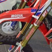 SHOWA SFF-Air(Separate Function Front Fork-Air)装着車。