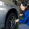 タイヤ交換にもトライ、これがなかなか大変。この手間が省けるオールシーズンタイヤは嬉しい