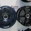 WECに供給している「RAYS World Endurance Championship Center Lock Racing Wheel」(左)と、SUPER GTに供給している「RAYS SUPER GT Center Lock Racing Wheel」