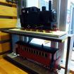 軽便与那原駅舎展示資料館入口にある汽車・客車の模型