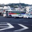 上間交差点を行く琉球バス。その先の丘は識名園