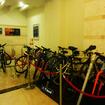 夜、メルキュールホテル沖縄那覇のフロントに集められたレンタサイクルやマイバイク