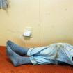客室の前寄りにはカーペットが敷かれたフロアがあり、航路モニターを見ながら寝転がれる