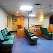 1階部分の客室。車両積載フロアとスペースをシェアするぶん、2階客室よりやや狭い