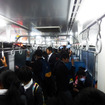 夕どきの松浦鉄道MR-600形気動車のなか。帰宅する学生たちで混み合う