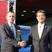 BMWジャパン、ペーター・クロンシュナーブル社長(左)