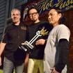 写真左からHDJスチュワート社長、カスタムワークスゾンの吉澤氏、植田氏。